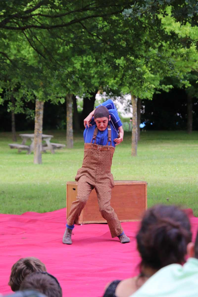 Le comédien maîtrise divers arts du cirque